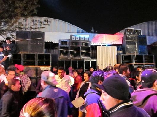 Un ''Sonido'' à Puebla: Photo par Benoit Liard. 2011 Les Sonideros sont l'équivalent mexicain des Sound System Jamaicains. On y joue surtout de la cumbia electronique. De la grosse basse et un volume excessif qui peut faire saigner tes oreilles.